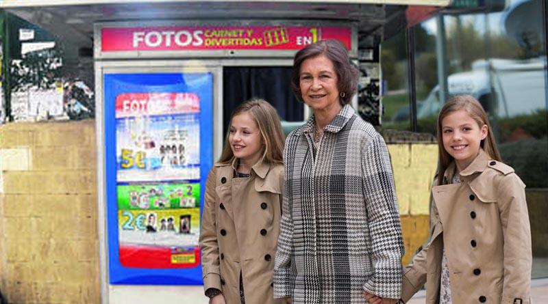 Doña Sofía aprovecha el viaje de los Reyes para llevar a las Infantas a un fotomatón