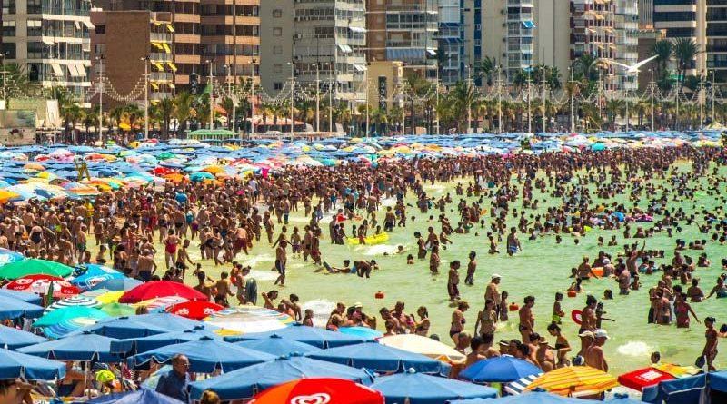 Ya hay más pipí que agua en la playa de Benidorm