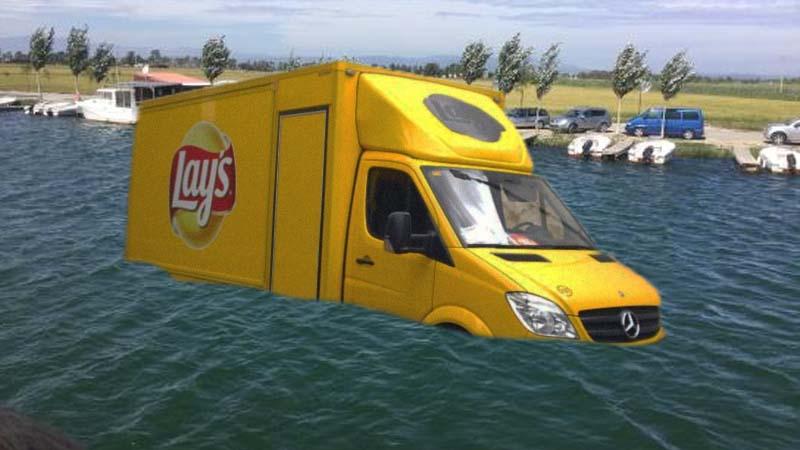 Cae una furgoneta de Lays al río y sale a flote