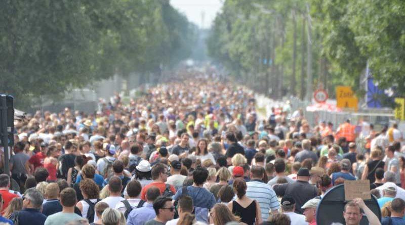 Miles de españoles se agolpan en la casa de Rajoy para pedirle que vuelva
