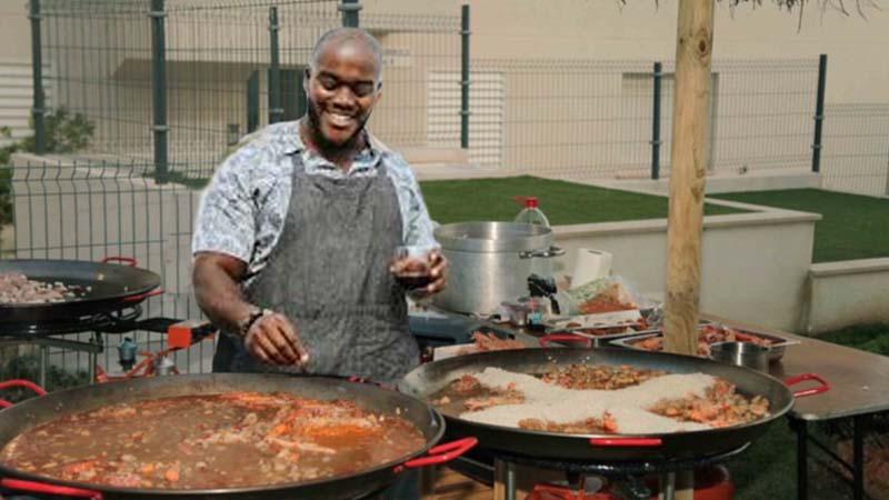 Pablo Casado promete dar la nacionalidad a los extranjeros que sepan hacer paella