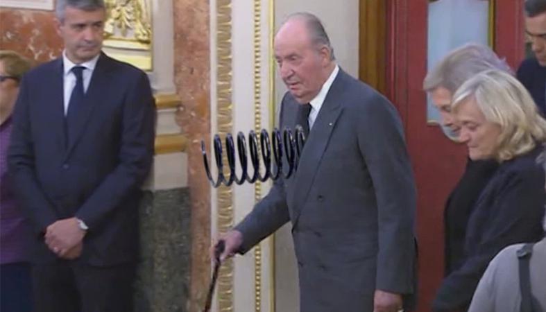 Colocado con éxito un muelle a Juan Carlos para que rebote cuando caiga