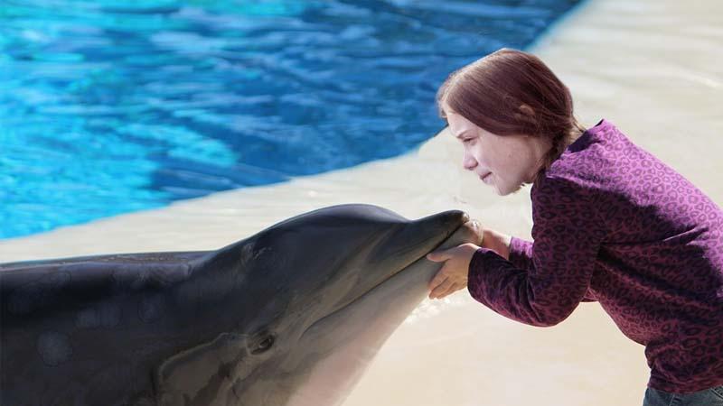Greta Thunberg da las últimas instrucciones a los delfines para que ataquen las costas