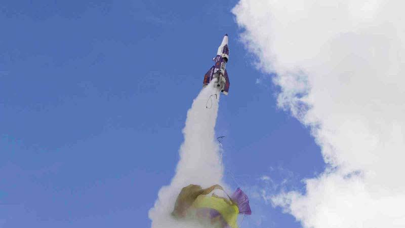 La comunidad científica anima a los terraplanistas a seguir lanzándose en cohetes para demostrar la verdad