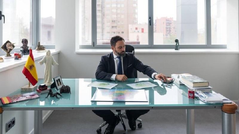 Abascal retira el ordenador de su despacho para que no le entre el coronavirus otra vez