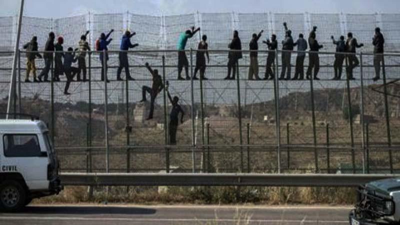 Miles de españoles escapan a África en busca de la libertad