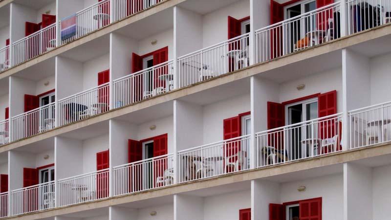 El Gobierno Británico construye en tiempo record un macro-hotel para hacer balconing