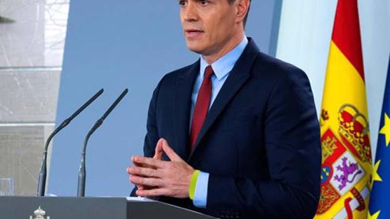 Pedro Sánchez olvida quitarse la pulsera de todo incluido en su comparecencia